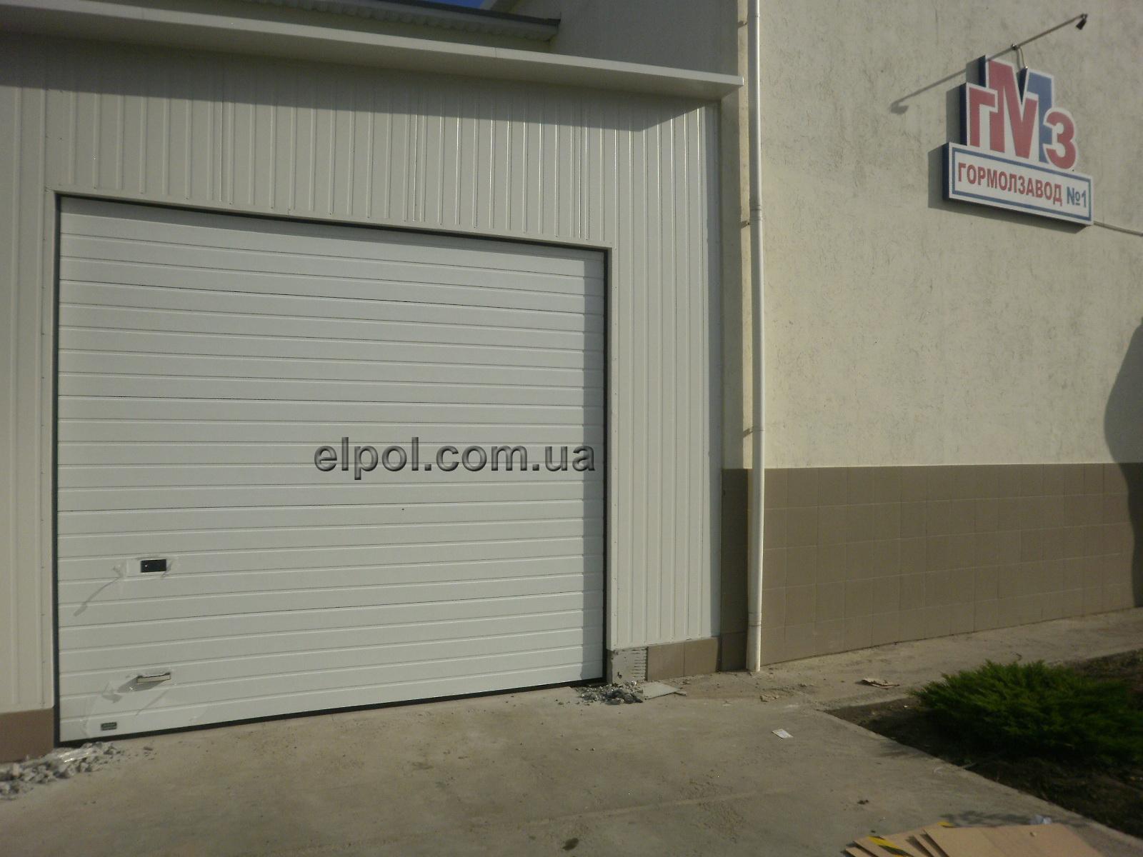 секционные ворота на заводе