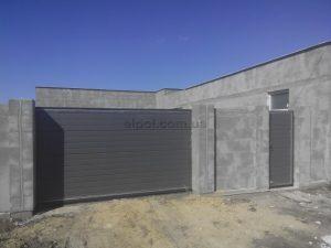 Роликовые откатные ворота, калитка и секционные ворота в одном фасаде