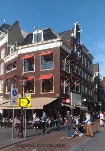Амстердам. Маркизы с падающим локтем на окнах